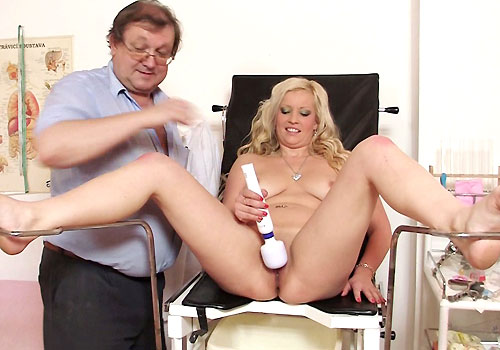 Big Bosom Blond-haired Jennifer Wide-opens Legs and Having pleasure in addition to Plastic hammer